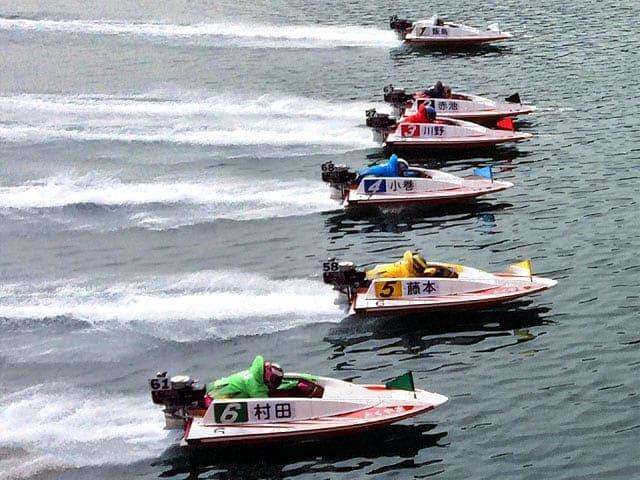 ボートに乗った競艇選手が着順を競い合う公営競技