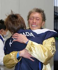 レース後に峰竜太と抱き合って喜ぶ姿
